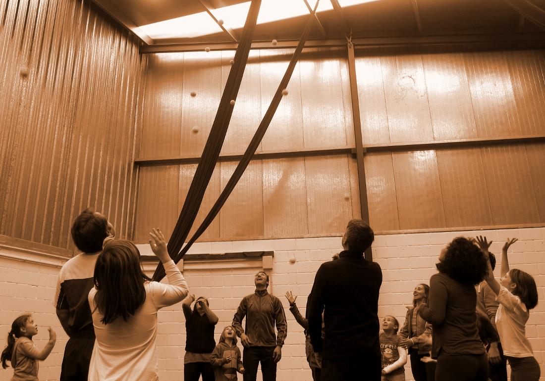 Taller de circo en familia - triangulo de verano 2020 - fundacion cerezales - fcayc